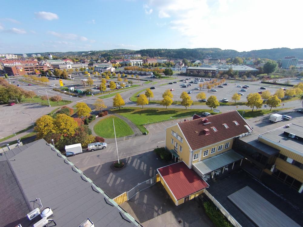 Sett bakifrån huset, Uddevallas busstation och Bohusläns Museum